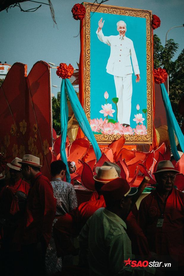 Xe hoa chở di ảnh Bác Hồ diễu hành trên đường Hải Thượng Lãn Ông.