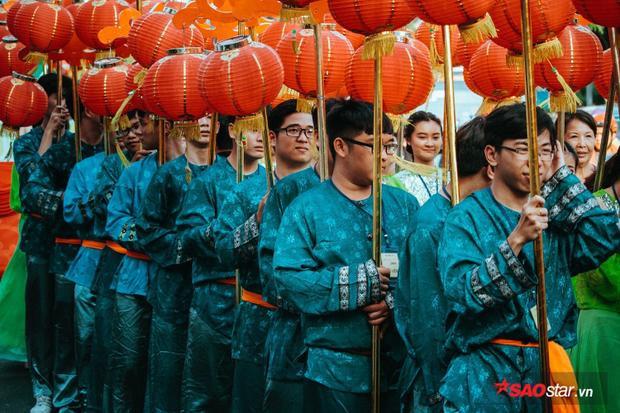 Nhiều sinh viên cũng đăng ký rước đèn tại lễ hội.