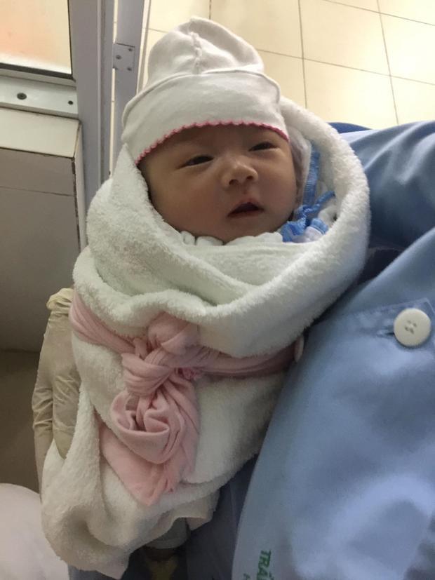 Hình ảnh cháu bé bị bỏ rơi tại bệnh viện