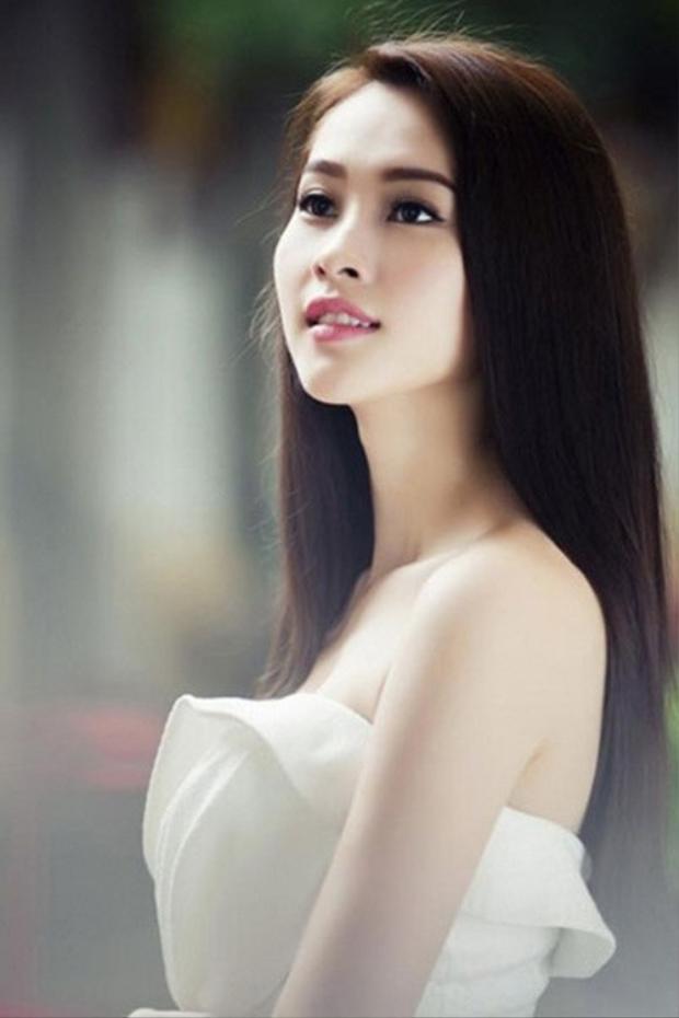 Tóc thẳng thể hiện sự dịu dàng đằm thắm của người con gái Việt. Tuy là kiểu tóc đơn giản nhưng nó thể hiện sự tinh tế và giúp toát lên hết thảy thần thái của người con gái ấy.