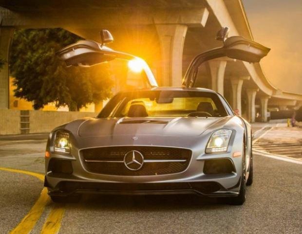 Cửa gull-wing không phải là điểm độc đáo duy nhất của chiếc Mercedes-Benz SLS AMG. Nó còn có thể đạt tốc độ từ 0 dặm trên giờ tới 60 dặm trên giờ trong 3,6 giây.