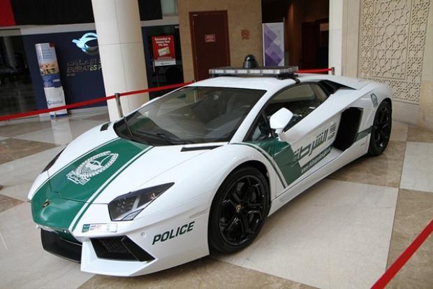 Có tốc độ tối đa 217 dặm trên giờ và có thể tăng tốc từ 0 dặm trên giờ đến 60 dặm trên giờ chỉ trong ba giây, Lamborghini Aventador xứng đáng là một trong những chiếc xe có tốc độ cao nhất trong dàn xe của cảnh sát Dubai.