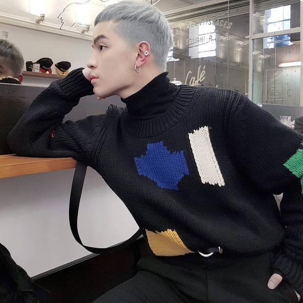 """Kelbin Lei hí hửng diện đồ black on black trong những ngày sôi động của tuần lễ thời trang. Anh chàng chồng hai lớp layer gồm áo len và sweater tạo hiệu ứng """"pikapu"""" năng động."""