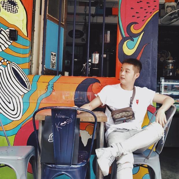 Thanh Duy Idol cũng học Ngô Kiến Huy diện đồ all white. Set đồ gồm áo tee trắng và quần jeans ton sur ton. Điểm nhấn cho outfit xuống phố của Thanh Duy chính là chiếc túi đeo chéo thời thượng của Gucci.