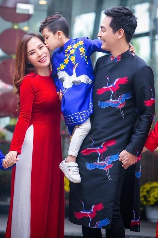 """Vợ Phan Anh là một người khá kín tiếng, ít khi xuất hiện cùng chồng tại các sự kiện. Thế nhưng qua những hình ảnh mà nam MC chia sẻ, có thể thấy chị cũng thuộc hàng """"hotmom"""" với nhan sắc mặn mà và nụ cười dễ mến."""