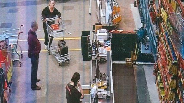 Lenon và Lilley cùng đi mua đồ. Lenon là người đẩy xe, Lilley là người đang nghe điện thoại.