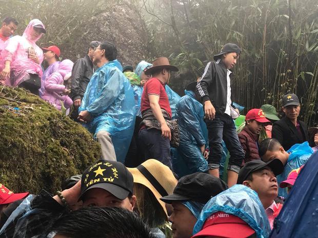 Người dân đã có mặt ở Yên Tử từ sáng sớm để leo bộ lên chùa Đồng.