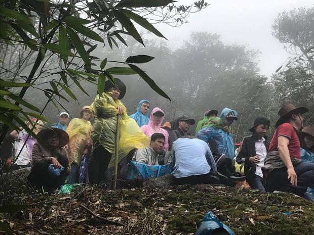 Những người mệt mỏi, ngồi nghỉ ngơi đợi đỡ đông rồi leo tiếp.