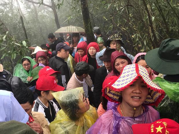 Hàng nghìn du khách mắc kẹt ở lối lên chùa Đồng Yên Tử