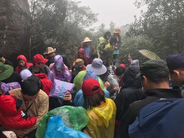 Mặc dù trời mưa nhưng vẫn không ngăn được bước chân các Phật tử tìm đến chùa.