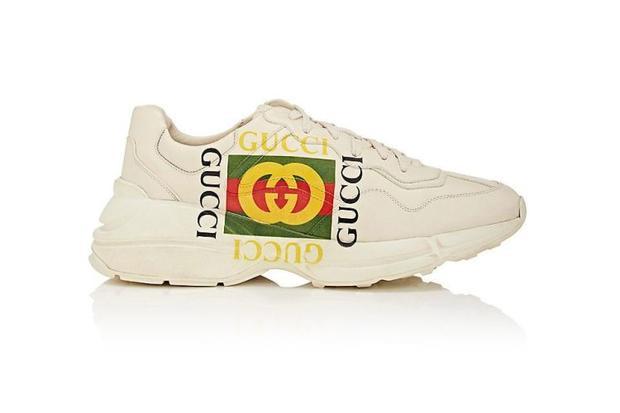 Được biết, đôi giày có tên Gucci Apollo này là một items đang rất được lòng giới mộ điệu. Tuy có mức giá đắt đỏ, gần 19 triệu đồng, nhưng kiểu giày này được rất nhiều sao Việt săn lùng, có thể kể đến những cái tên như: Sơn Tùng, Đức Phúc, Erik.