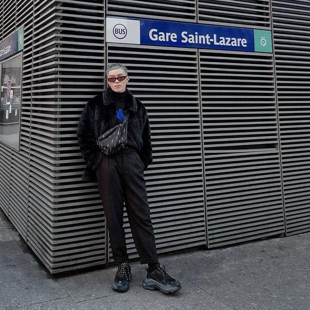 Chàng stylist diện món phụ kiện này với một set đồ full đen khi dạo phố Paris, khiến tín đồ thời trang thích thú.