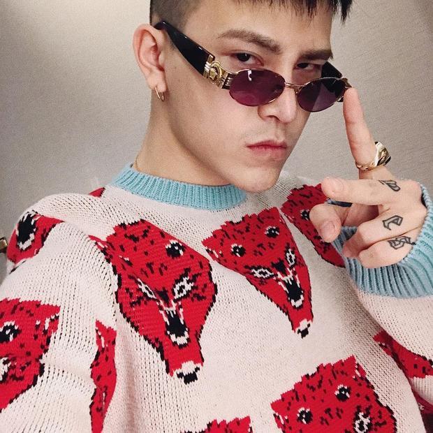 Cách đó không lâu, Decao cũng đưa lên trang cá nhân bức ảnh mình đang diện áo sweater thêu họa tiết của hãng, cùng kính mát gọng tròn thời thượng.