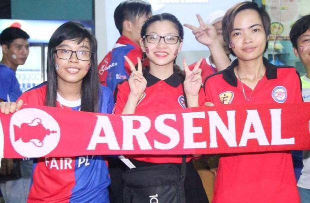 Nữ CĐV Arsenal - Thiều Thị Thương (giữa).