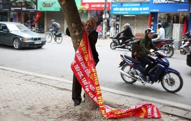 Ông Dương Mạnh Hùng phải gỡ băng rôn vì vi phạm pháp luật. Ảnh: Báo Tuổi trẻ