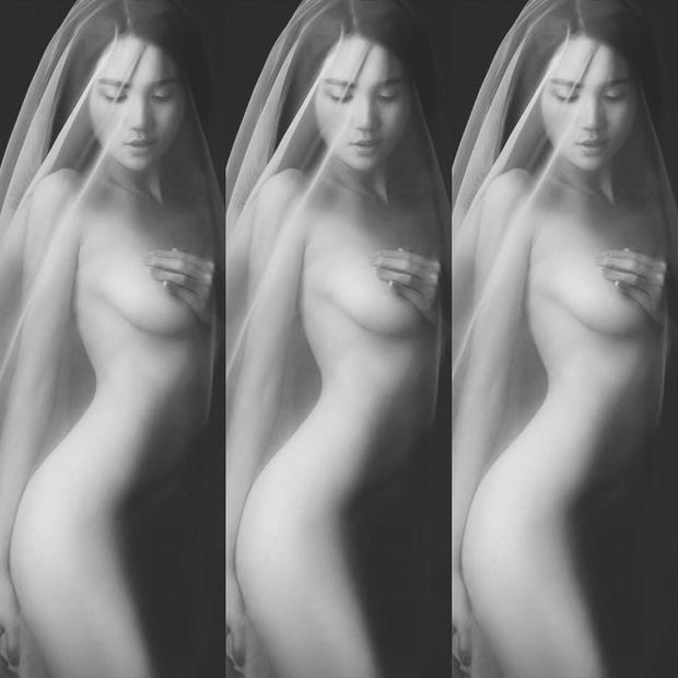 Ngọc Trinh luôn tự hào là người giữ được vóc dáng săn chắc với làn da trắng nuột nà. Đó là kết quả của việc dù bận rộn với công việc,nữ hoàng nội yvẫn thường xuyên đến phòng gym để luyện tập mỗi ngày. Những bức ảnh nude của Ngọc Trinh đã giúp cô khoe được hết cơ thể gợi cảm quyến rũ của mình.