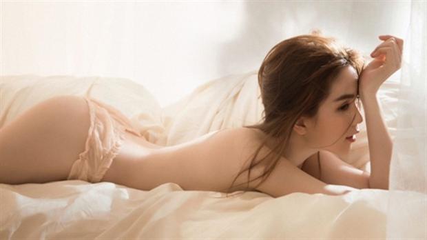 """Tự hào về ba vòng chuẩn mực nên Ngọc Trinh không ngại ngần khi """"lột áo"""" chụp ảnh bán nude, người đẹp họ Trần tự hào khoe những đường cong nuột nà từng centimet."""