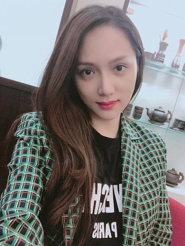 Mặt mộc của cô không khiến người hâm mộ thất vọng.Không phấn không nhưng từng đường nét trên gương mặt của Hương Giang vẫn vô cùng xinh đẹp.