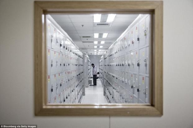 Công nhân thay đồng phục tại căn phòng với những tủ để đồ cá nhân.