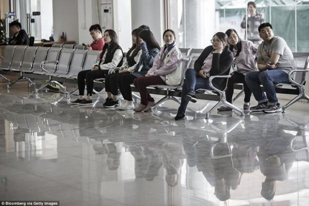 Công nhân ngồi tại một trung tâm dịch vụ công nhân viên bên trong nhà máy. Nhìn hình ảnh này làm nhiều người liên tưởng đến một sân bay.