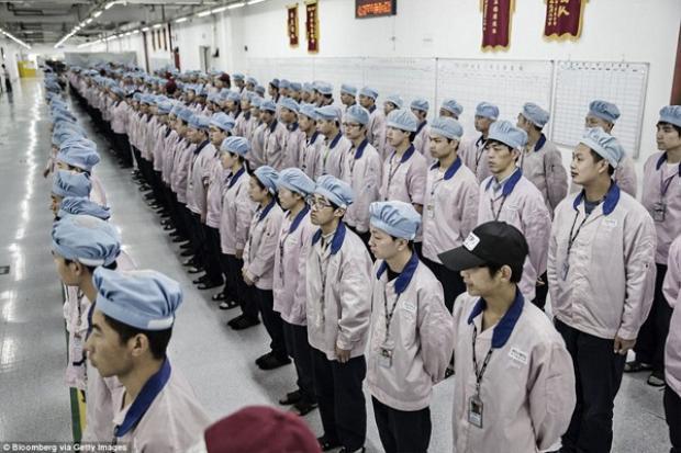 Pegatron Corp có khoảng 50.000 công nhân lắp ráp iPhone tại nhà máy của công ty tại Thượng Hải. Nhà máy này có kích thước tương đương tới 90 sân bóng.
