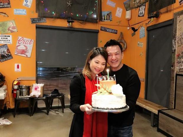 Thanh Thảo hạnh phúc khoá môi bạn trai Việt kiều trong tiệc sinh nhật sớm