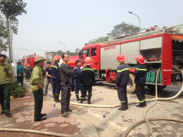 Nhiều xe cứu hỏa được điều động đến dập lửa.