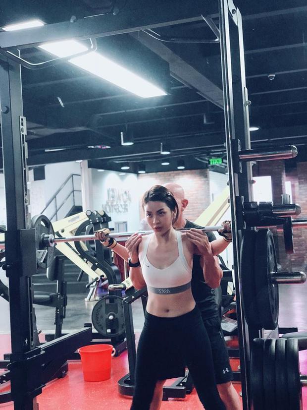 Ngoài ra nàng á hậu còn tập gym để cơ thể thêm độ săn chắc.