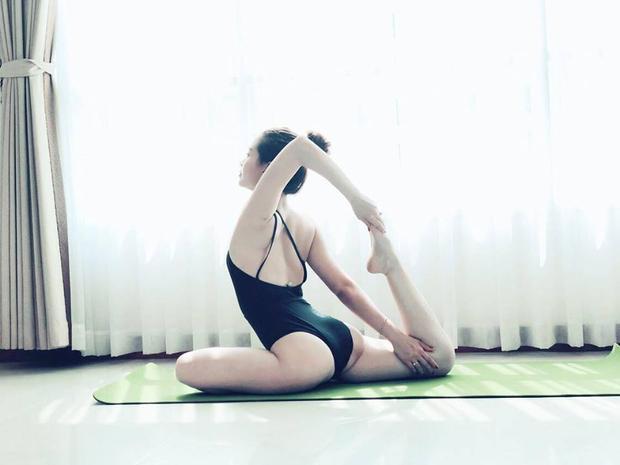 Bà mẹ một con luôn thể hiện sự quan tâm đếnsức khỏethông qua việc luyện tập cơ thể với những động tác khó.Khi tập yoga,bạn còn giữ tinh thần thoải mái và làm trẻ hóa da, cơ thể luôn tràn đầy năng lượng và sức sống để làm việc.