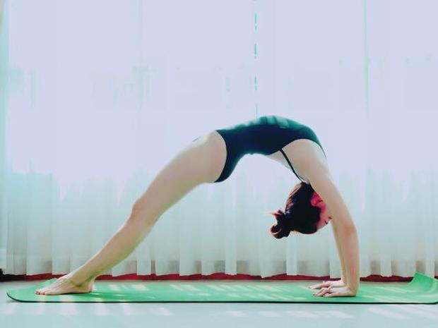 Vóc dáng của cựu á hậu luôn chuẩn ngay cả khi vừa sinh nở là nhờ cô luôn biết cách tập luyện và chăm sóc bản thân rất kỹ lưỡng, yoga là một trong số đó.