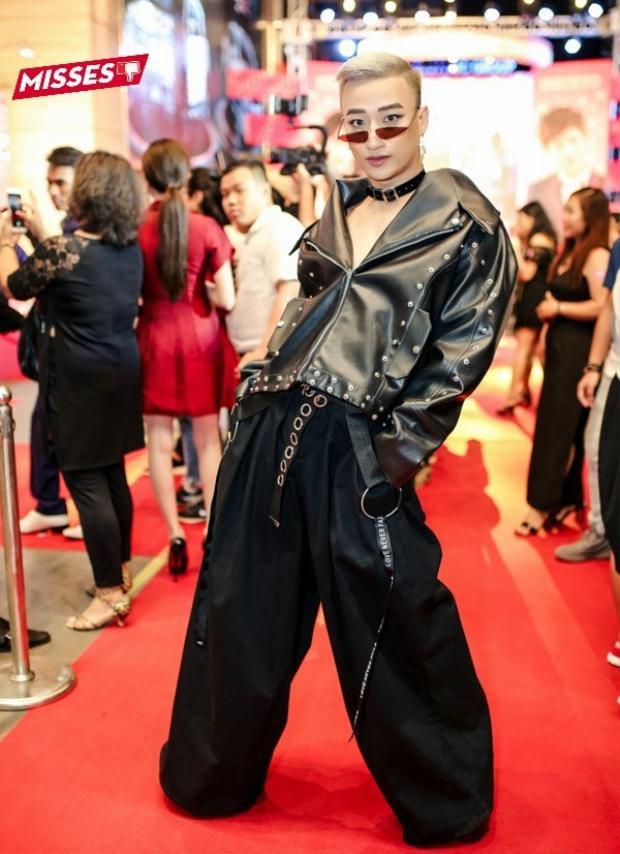 Theo đuổi phong cách cá tính, unisex, nhưng diễn viên Tô Lâm luôn khiến khán giả lắc đầu vì cách phối trang phục tham lam, có phần quá nữ tính. Ngoài ra, trong bức ảnh này, cách tạo dáng quá đà của anh có vẻ như cũng không được đẹp mắt, thiếu tiết chế.