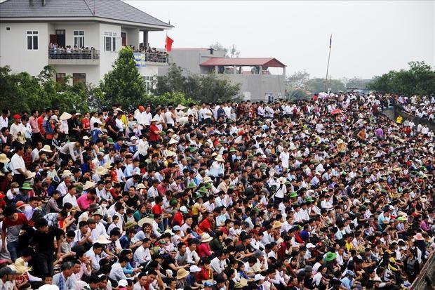 Từ rất sớm ngày 4/3, các du khách đã kéo đến sân chính nơi diễn ra chọi trâu rất đông, các khán đài hầu như chật kín người.
