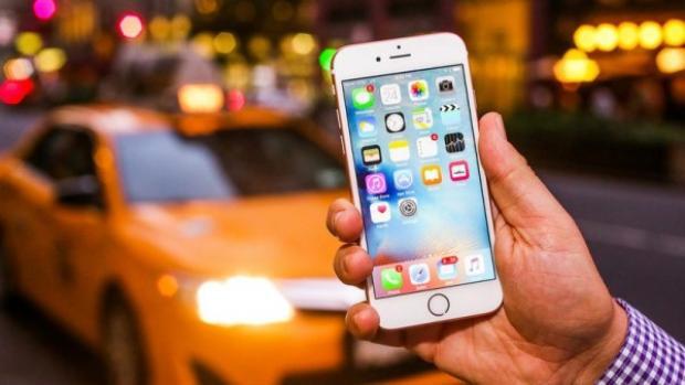 Cây viết James Vincent đang dùng một chiếc iPhone 6s, model được Apple trình làng từ năm 2015.