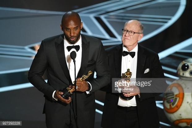 """Kobe Bryant (trái) và Glen Keane nhận giảiPhim hoạt hình ngắn hay nhất cho """"Dear Basketball""""."""
