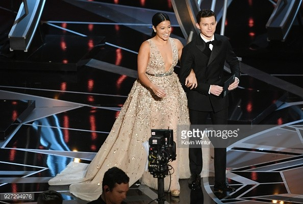 Tom Holland và Gina Rodriguez là người công bố giải thưởng.