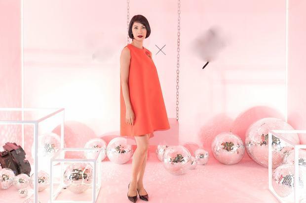 Tại sự kiện còn có nhiều chân dài khác. Siêu mẫu Xuân Lan trẻ trung với chiếc đầm chữ A tông màu cam nổi bật.