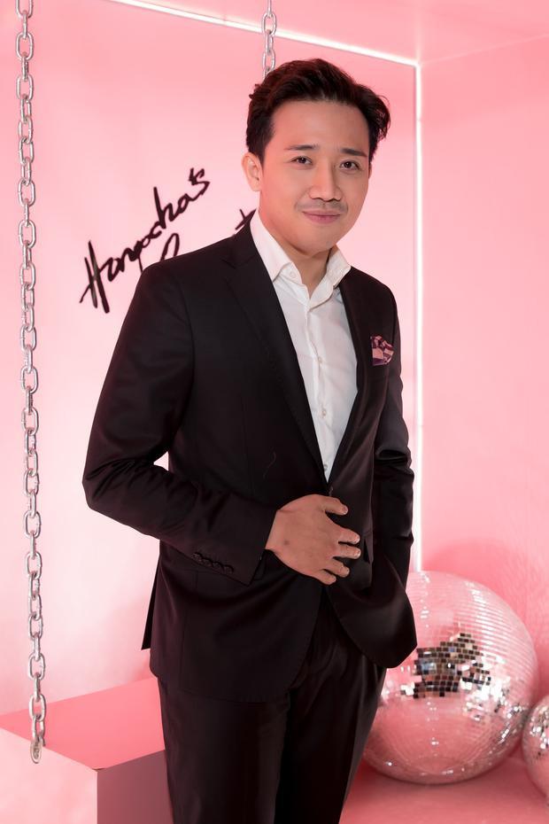 MC Trấn Thành lịch lãm với vest.