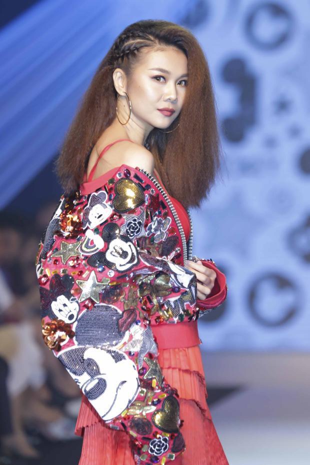 Để phù hợp với tinh thần BST, từ mái tóc, cách trang điểm của người đẹp cũng được tạo kiểu ấn tượng.