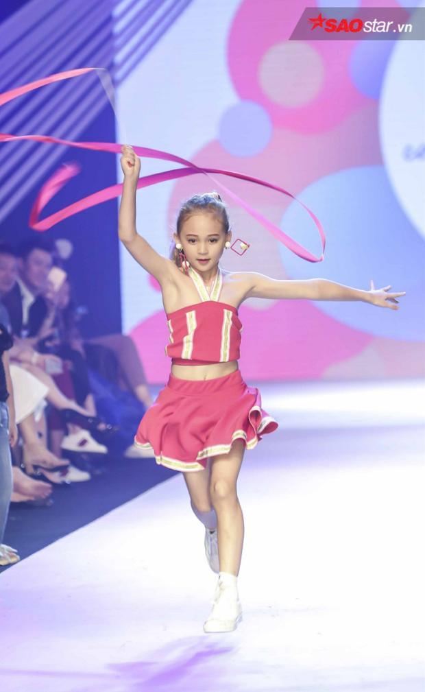 Ngoài trang phục, những dụng cụ thể thao đi cùng cũng được NTK đầu tư, khiến ý tưởng về các vận động viên một lần nữa được nhấn mạnh.