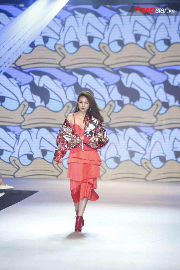 Ngoài ra, trong đêm diễn còn có sự xuất hiện của siêu mẫu Thanh Hằng, diện áo bomber lệch vai kết hình in họa tiết, cô đảm nhận vị trí vedette của NTK Hà Nhật Tiến.
