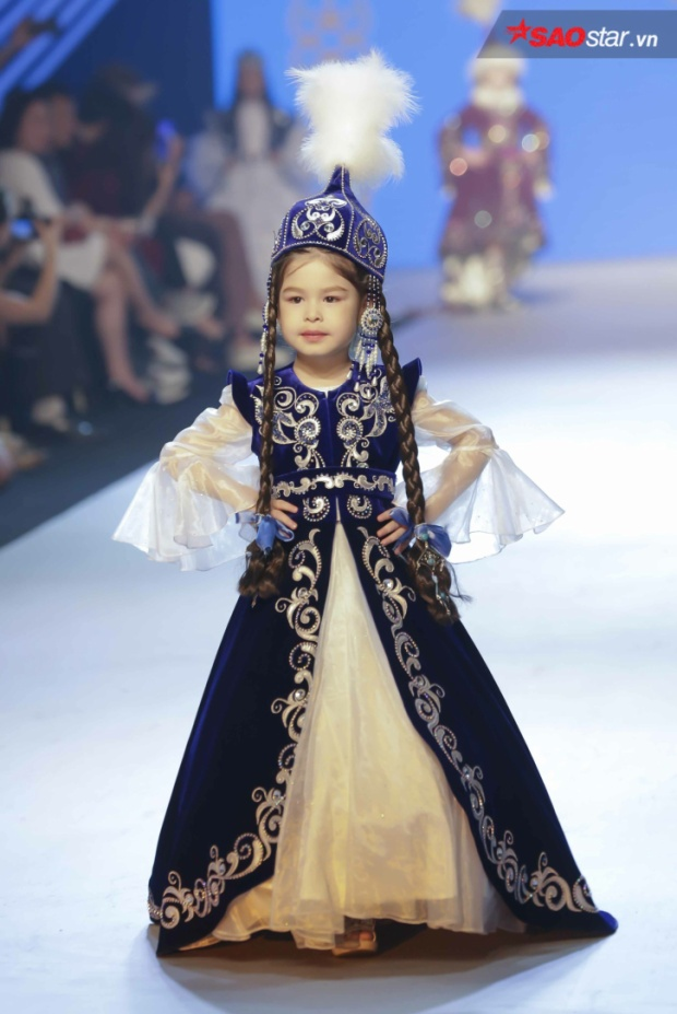 Show diễn còn có sự tham gia trình diễn những bộ quốc phục từ nước bạn như Indonesia…