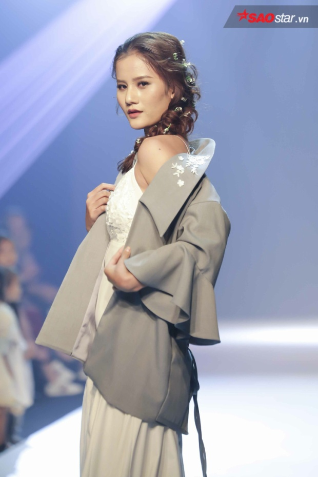 Quán quân Next Top 2015 - Hương Ly đảm nhiệm vị trí kết màn cho phần trình diễn của NTK Lavender Lim đến từ Malaysia. Bộ sưu tập lấy ý tưởng từ những loài hoa đồng nội mong manh, cùng phong cách du mục, hoang dại nhưng vô cùng nữ tính.
