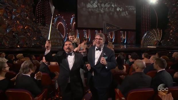 Đạo diễn Oscar 2018 Guillermo Del Toro cũng hòa vào không khí.