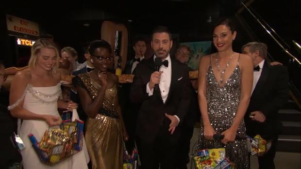 Cùng với dàn sao của lễ trao giải, Gal Gadot xách những giỏ quà bánh kẹo để phát khắp khán phòng.