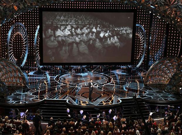 Khoảnh khắc thú vị: Gal Gadot và dàn sao đi phát bánh, xúc xích khắp khán phòng Oscar 2018