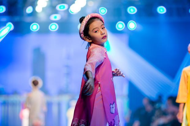 Bé Chiko, con gái cưng của hoa hậu Du lịch Ngọc Diễm cũng bất ngờ xuất hiện trên sàn catwalk trong bộ sưu tập của hoa hậu Ngọc Hân. Cô bé đã hơn 6 tuổi, có gương mặt xinh xắn, đáng yêu. Chiko từng làm mẫu cùng mẹ trước ống kính nên rất bạo dạn khi sải bước cùng các model nhí khác.