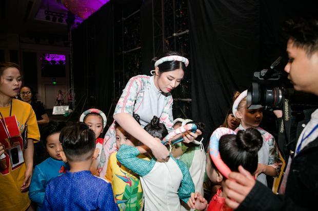 Hoa hậu Việt Nam 2010 tận tình chỉnh sửa trang phục cho dàn mẫu nhí, nhằm đảm bảo cho show diễn thành công.