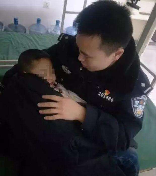 Cậu bé tội nghiệp được cảnh sát ủ ấm, ru ngủ trong lúc chờ người nhà tới đón.