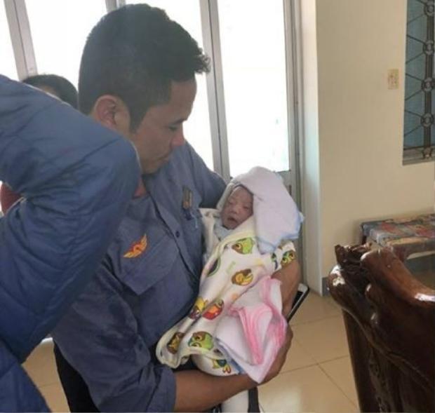 Nam hộ sinh bất đắc dĩ Đỗ Xuân Thuận và em bé được anh đỡ đẻ thành công