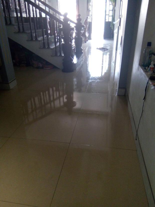 Sàn nhà ướt như có ai vừa dội nước.